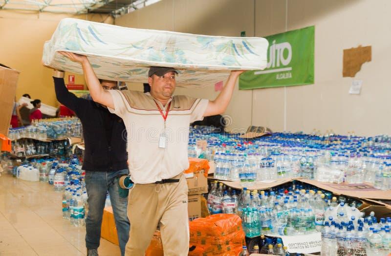 基多,厄瓜多尔- 2016年4月, 23日:袋子救灾的供应用食物、衣裳、医学和水为 库存图片