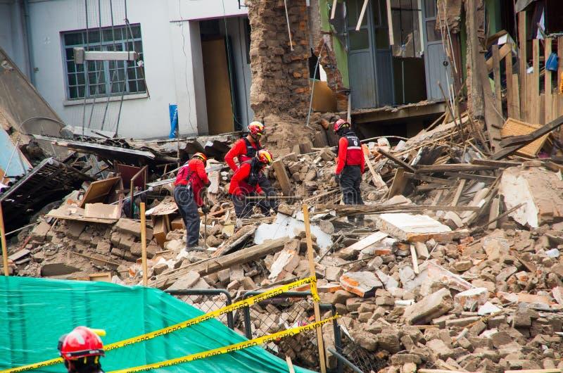 基多,厄瓜多尔- 2016年12月09日:一个未认出的小组firemans、损伤和破坏在大厦在火以后 库存照片