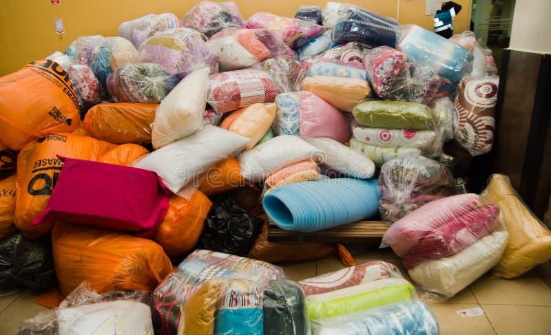 基多,厄瓜多尔- 2016年4月23日:救灾食物、衣裳、医学和水地震幸存者的海岸的 免版税库存照片