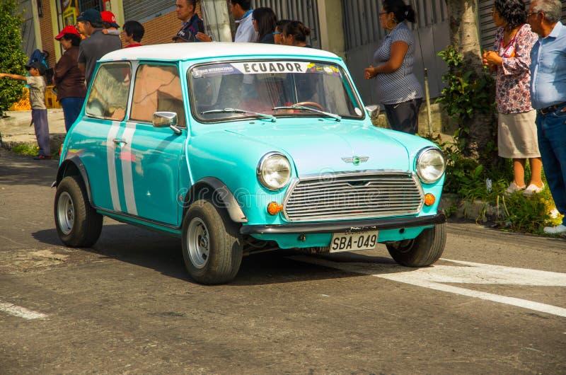 基多,厄瓜多尔- 2017年5月06日:未认出的人和一辆洋红色汽车在街道在开始前木小汽车赛 免版税库存图片