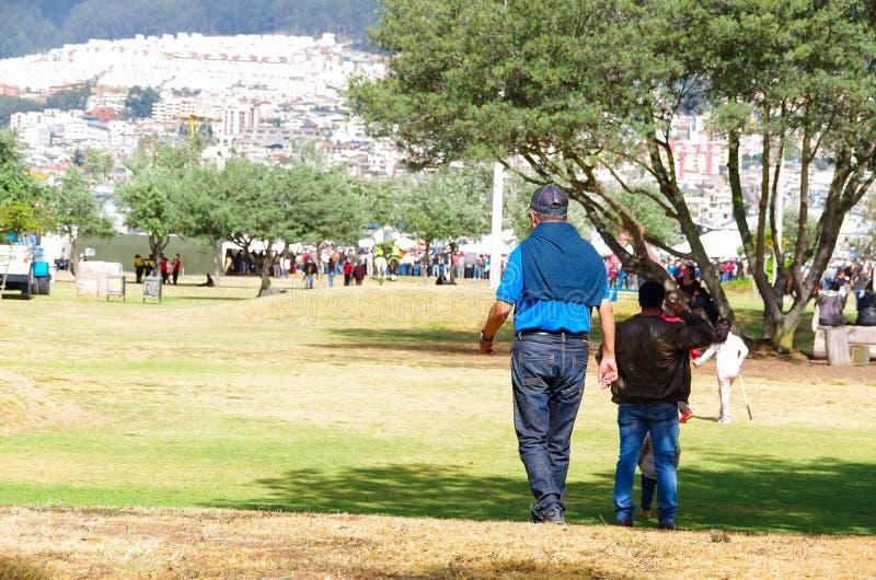 基多,厄瓜多尔- 2015年7月7日:穿戴与蓝色颜色的人走到达到弗朗西斯科教皇大量,末端很多 库存图片