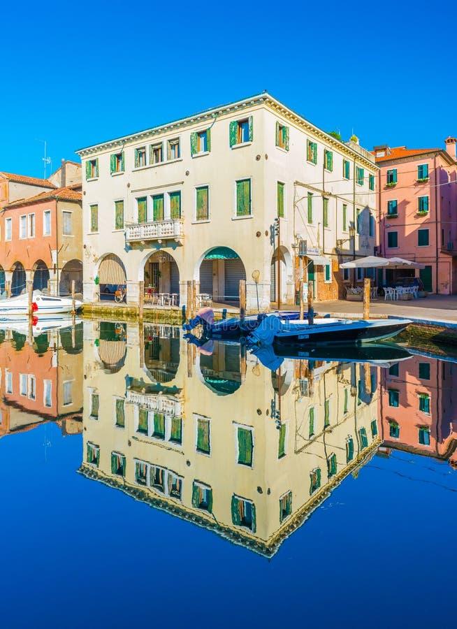 基奥贾,意大利:在传统威尼斯式建筑学样式的老大厦在水中反射了 免版税库存图片