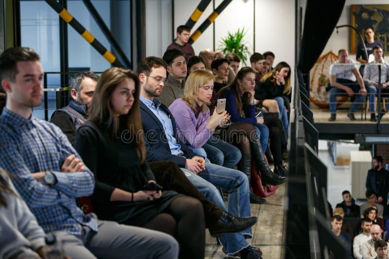 基希纳乌,摩尔多瓦- 2018年3月11共和国日:在阳台的观众在业务会议 妇女在a记录 图库摄影