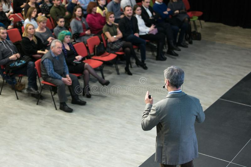 基希纳乌,摩尔多瓦- 2018年3月11共和国日:报告人在业务会议和介绍 回到视图 在t的观众 免版税库存图片