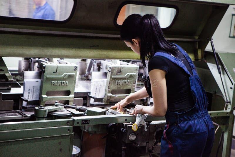 基希纳乌,摩尔多瓦- 2016年4月26日:工作者在印刷厂里 工作在打印机的人们在印刷品工厂 工业wor 免版税库存照片