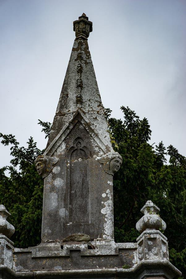 基拉尼,爱尔兰- 2017年8月20日:Aghadoe教会和圆的塔在基拉尼爱尔兰 图库摄影