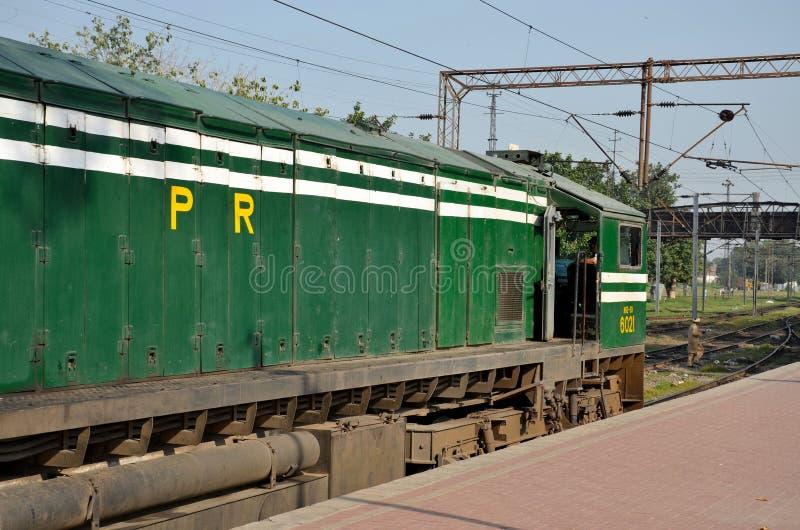 巴基斯坦铁路柴油电力机车引擎停放了在拉合尔驻地 免版税库存图片