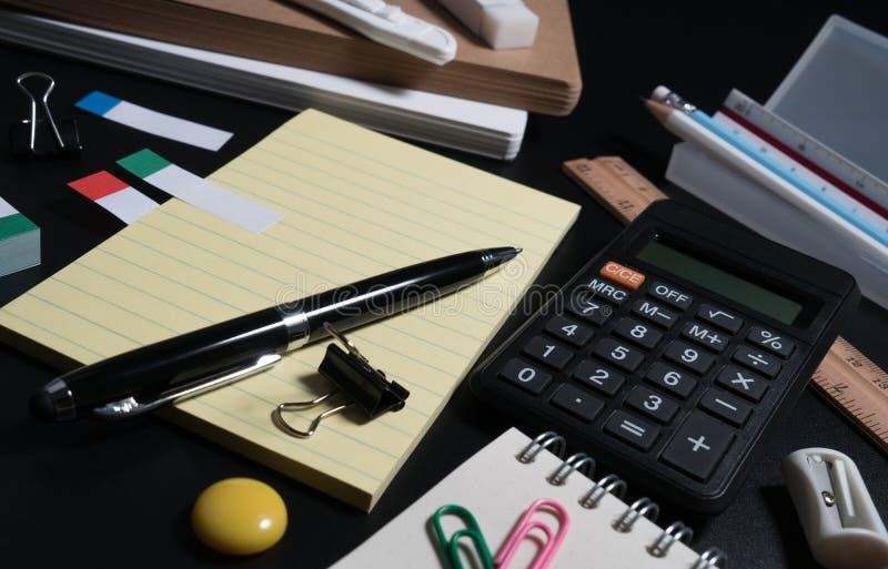基本和经典办公室企业供应 套学校用品或事务供应概念 免版税库存图片