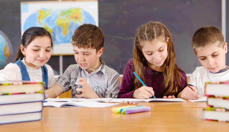 基本学生在课程期间的教室 库存图片