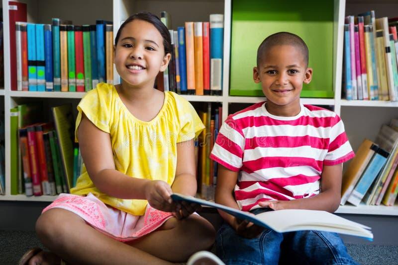 基本的学生Porrait图书馆的在学校 库存照片