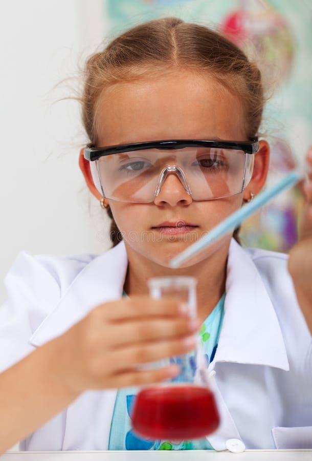 基本的科学类的女孩与化工接收者a 免版税图库摄影