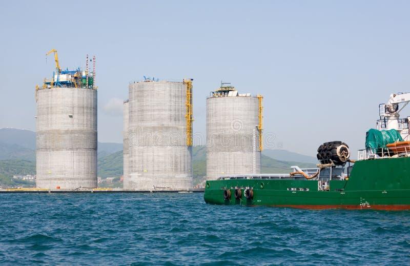 基本石油平台拖曳猛拉 库存图片