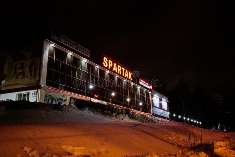 基洛夫,俄罗斯- 2018年1月01日:修造的litting由灯在晚上在冬天在基洛夫 库存照片