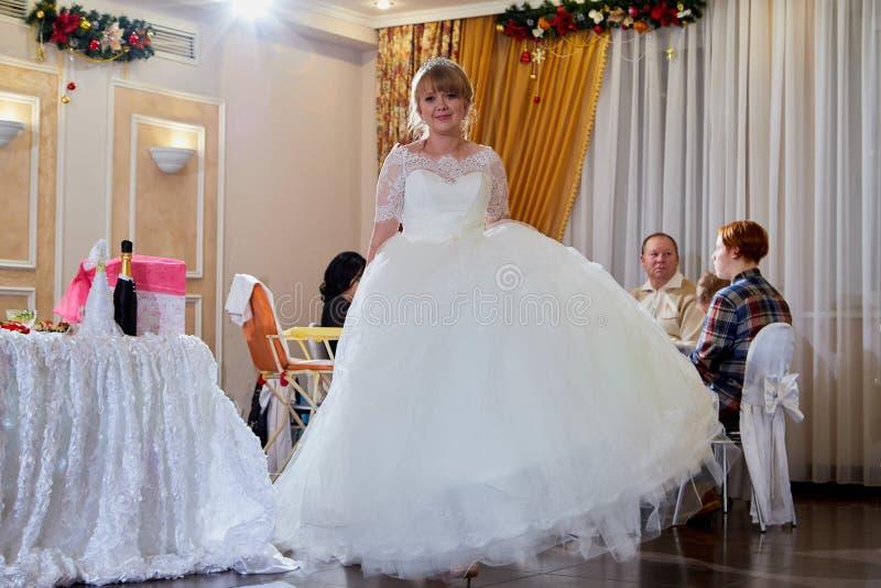 基洛夫,俄罗斯- 2019年1月24日:婚姻的宴会的新娘与客人 免版税库存图片