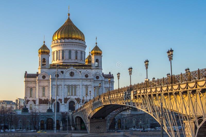 基督大教堂救主在莫斯科,俄国 在明亮的毛皮红色星期日之上日落冠上结构树冬天 图库摄影