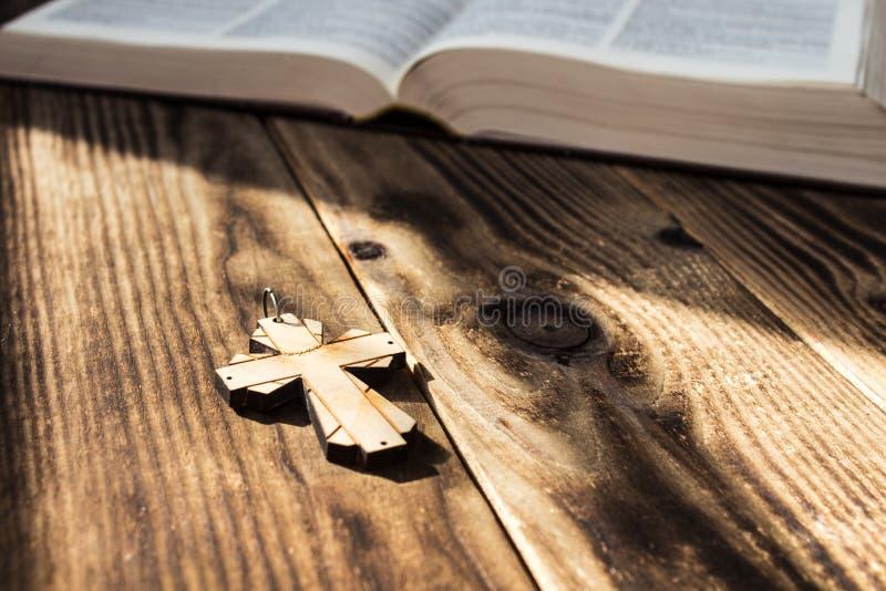 基督徒十字架和bivle在木背景 免版税库存照片