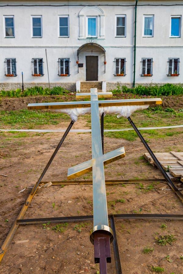 基督徒十字架在地面上说谎 库存照片