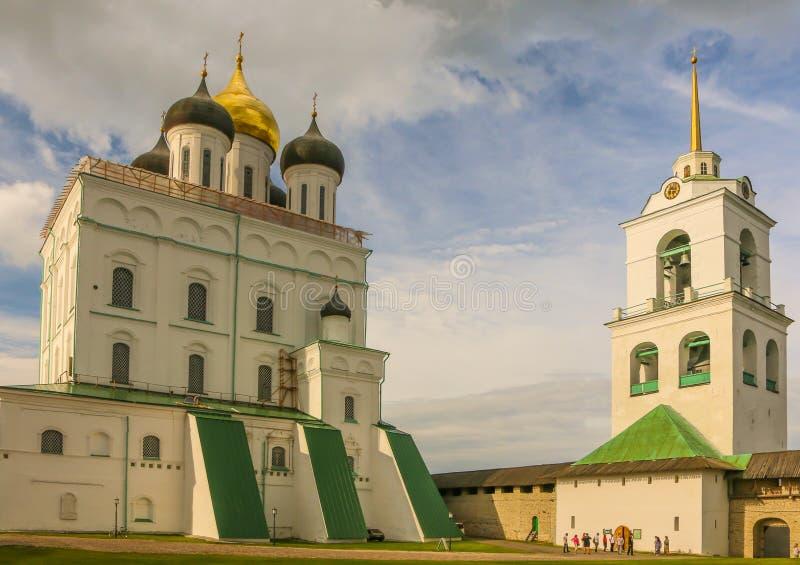 基督徒正统三位一体大教堂和钟楼在俄罗斯7月2016年普斯克夫 免版税库存照片