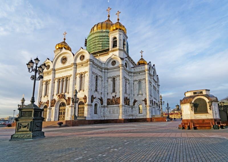 基督救主大教堂在有蓝天和月亮hor的莫斯科 免版税库存照片