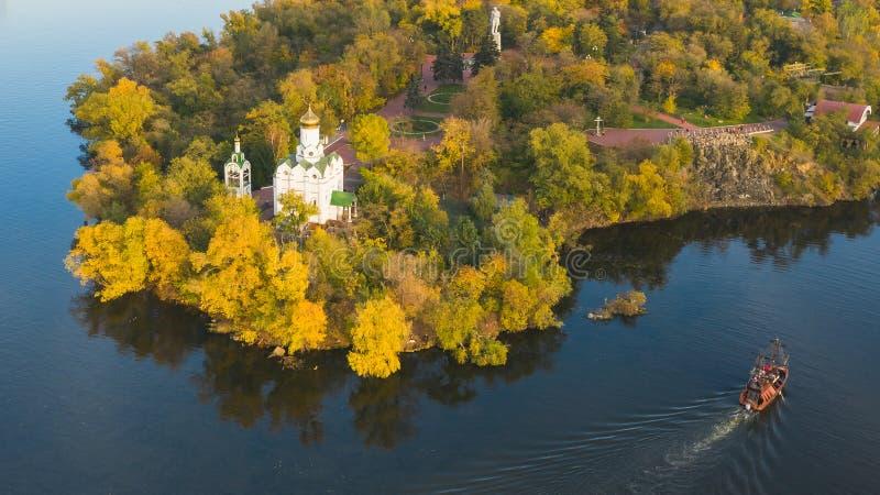 基督教会秋天鸟瞰图在修道院海岛上的Dni的 免版税图库摄影