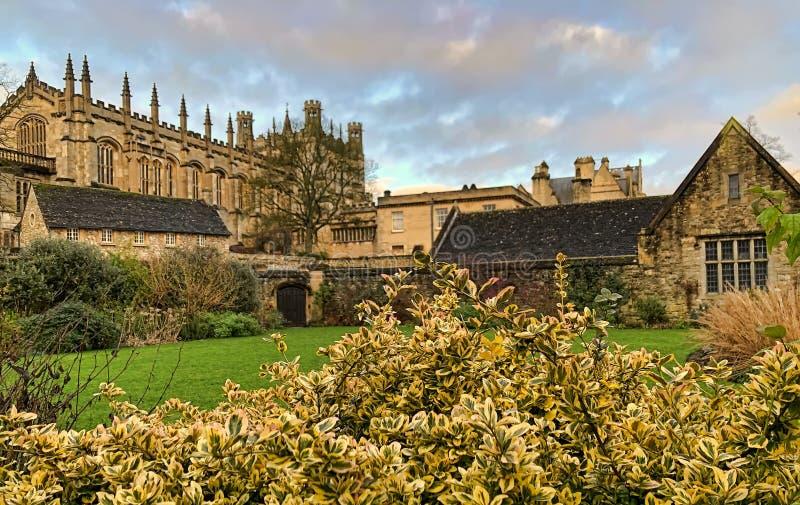 基督教堂的建筑景观:纪念花园的大餐厅和博德利塔 牛津大学 英格兰 免版税图库摄影