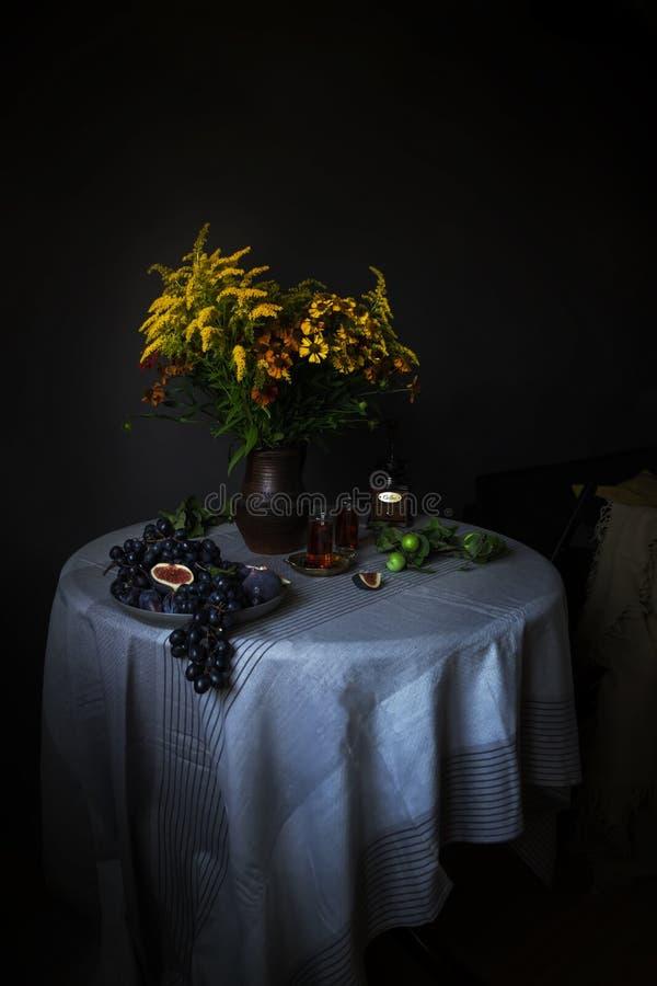 基石生活用果子和花在一点荷兰人样式 库存照片