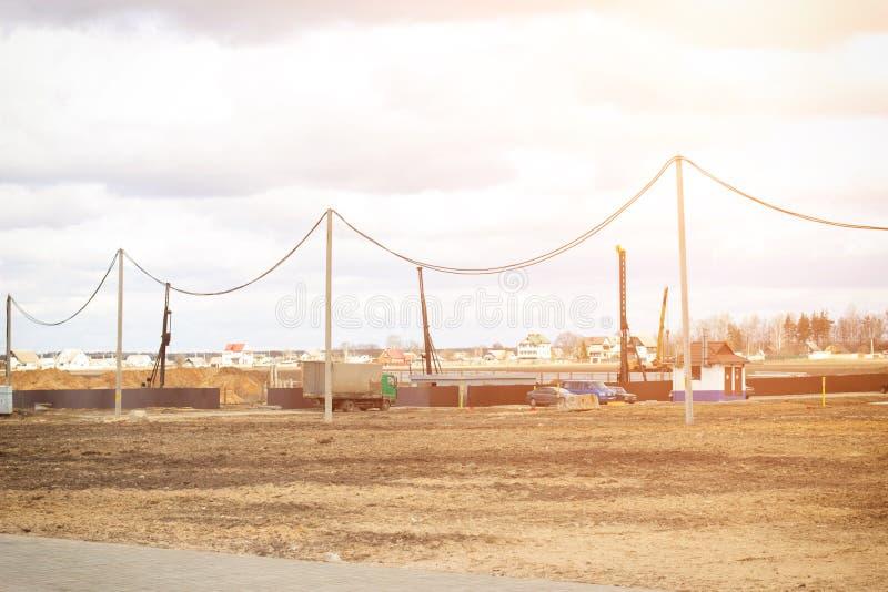 基础的建筑和建筑在钢筋混凝土驾驶的堆的在贫瘠土壤,堆的机械设备 库存照片