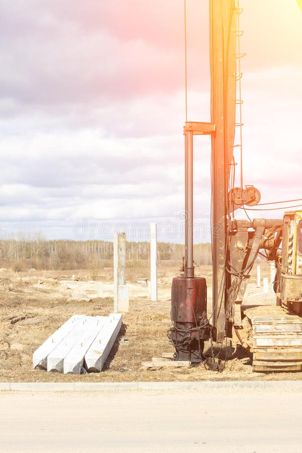 基础的建筑和建筑在钢筋混凝土驾驶的堆的在贫瘠土壤,驾驶的堆设备 库存图片