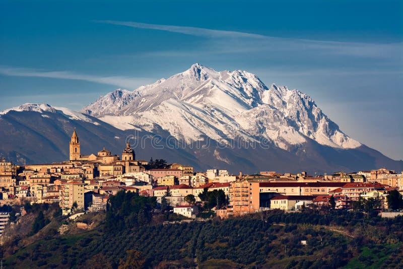 基耶蒂城市和在Gran后Sasso山  免版税库存照片