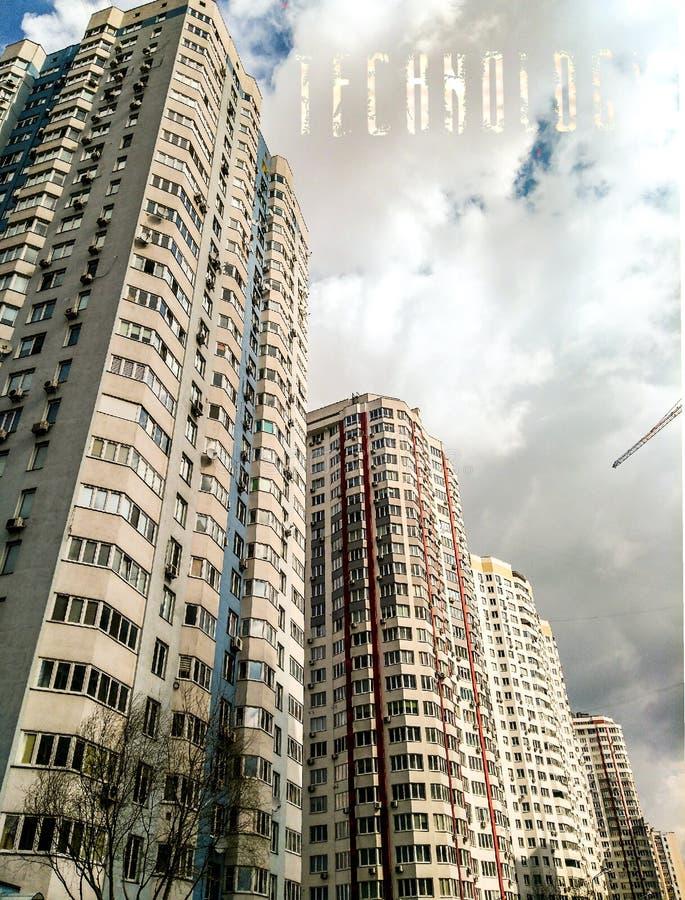 基辅、乌克兰2019年3月26日-高层建筑物和在云彩的词技术 库存例证