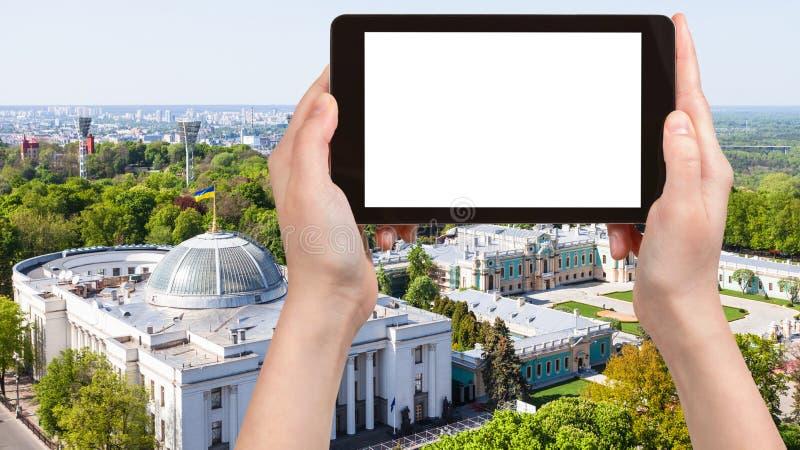基辅与Rada大厦的市地平线在春天 免版税库存照片
