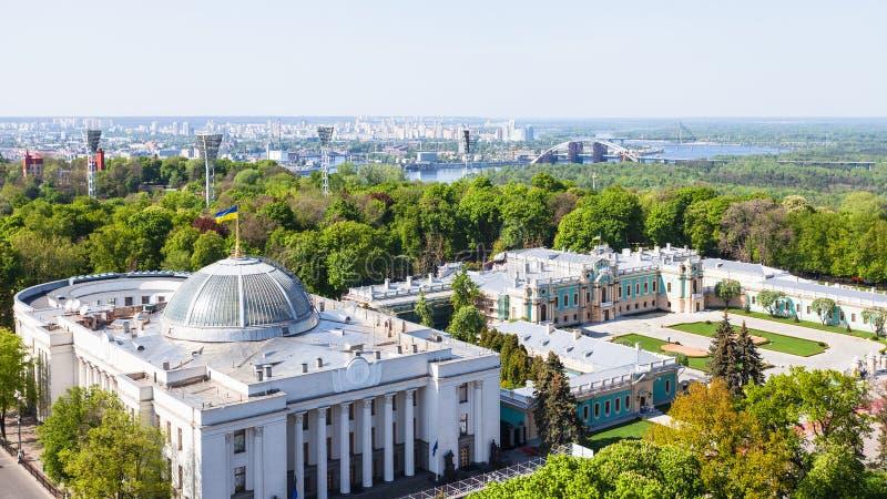 基辅与Rada大厦的市地平线在春天 图库摄影
