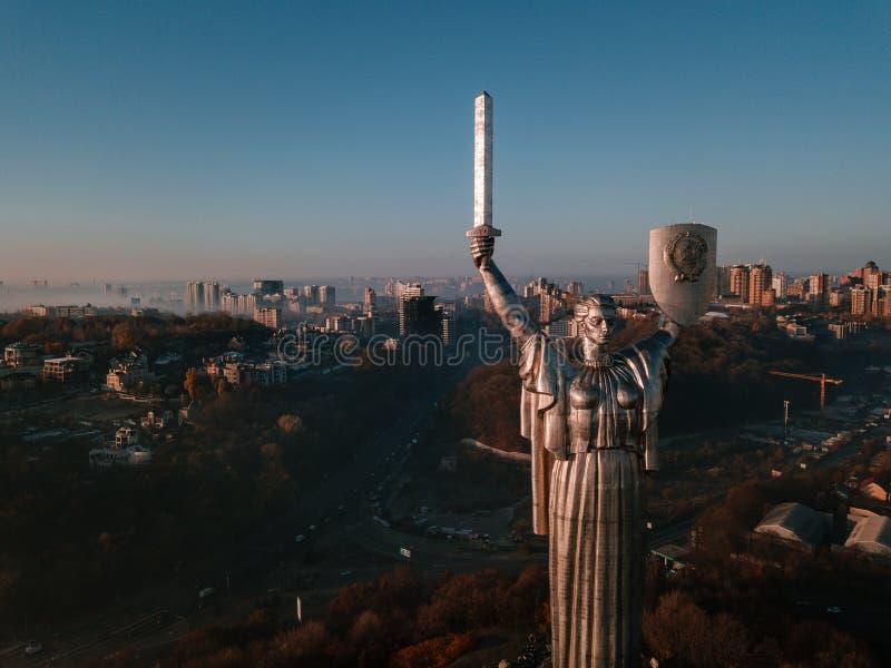 基辅乌克兰参观祖国纪念碑的最普遍的旅游地方 巨大的钢雕象空中寄生虫照片  免版税库存图片