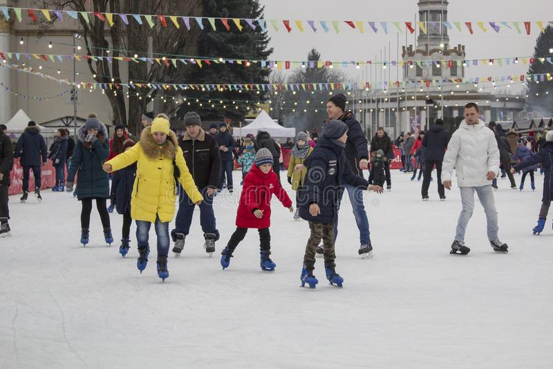 基辅乌克兰- 01 01 2018年:滑冰在溜冰场的愉快的人民寒假 免版税图库摄影