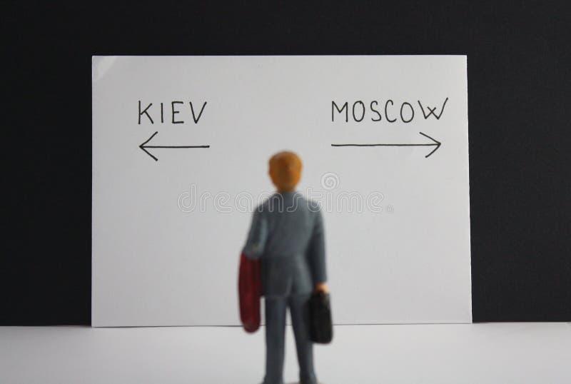 基辅或莫斯科方式决定 政治隐喻俄罗斯对乌克兰冲突或旅行挑选概念 库存照片
