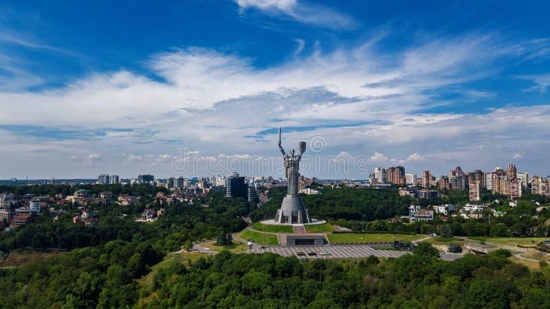 基辅祖国在小山从上面和都市风景, Kyiv,乌克兰的雕象纪念碑空中顶视图  图库摄影