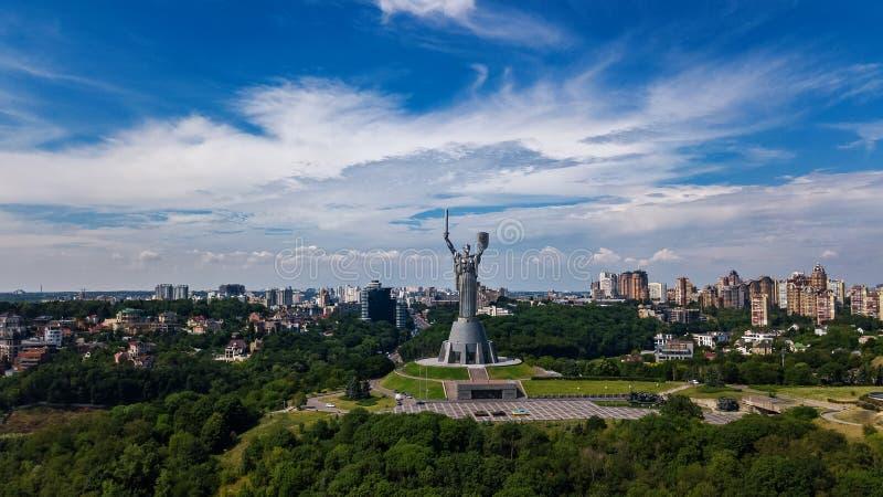 基辅祖国在小山从上面和都市风景, Kyiv,乌克兰的雕象纪念碑空中顶视图  库存照片