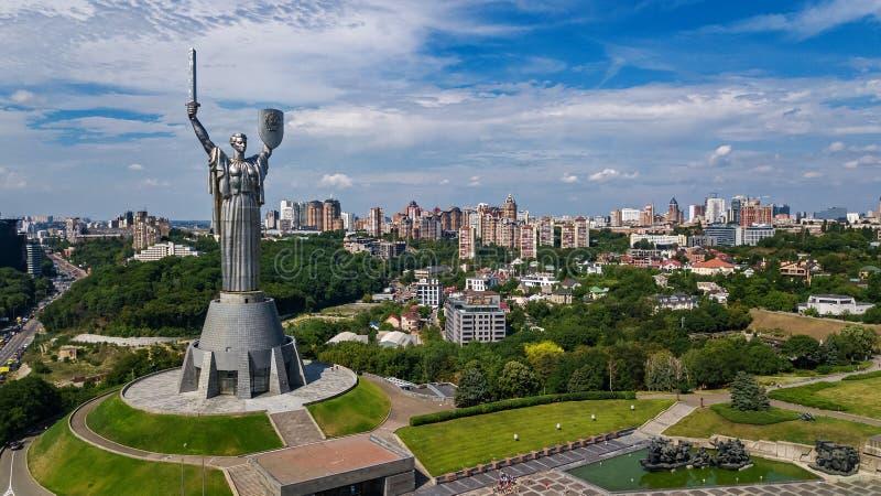 基辅祖国在小山从上面和都市风景, Kyiv,乌克兰的雕象纪念碑空中顶视图  免版税图库摄影