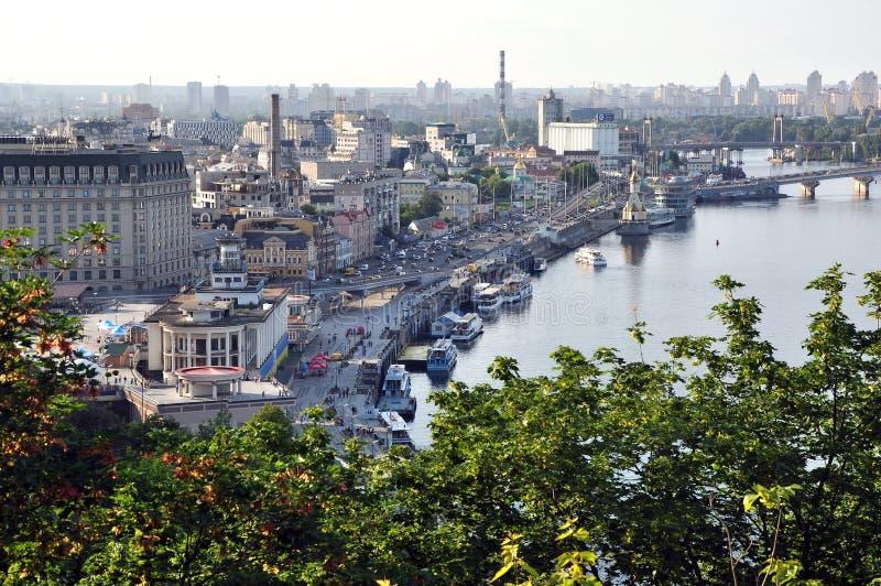 基辅鸟瞰图和Dnipro、都市建筑学、码头和船 免版税库存图片