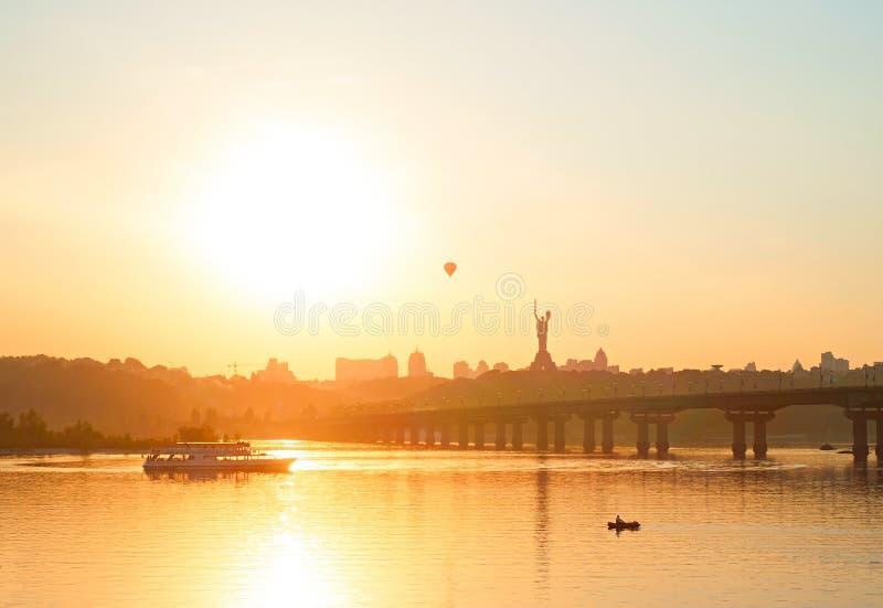 基辅,乌克兰都市风景日落的 免版税库存图片