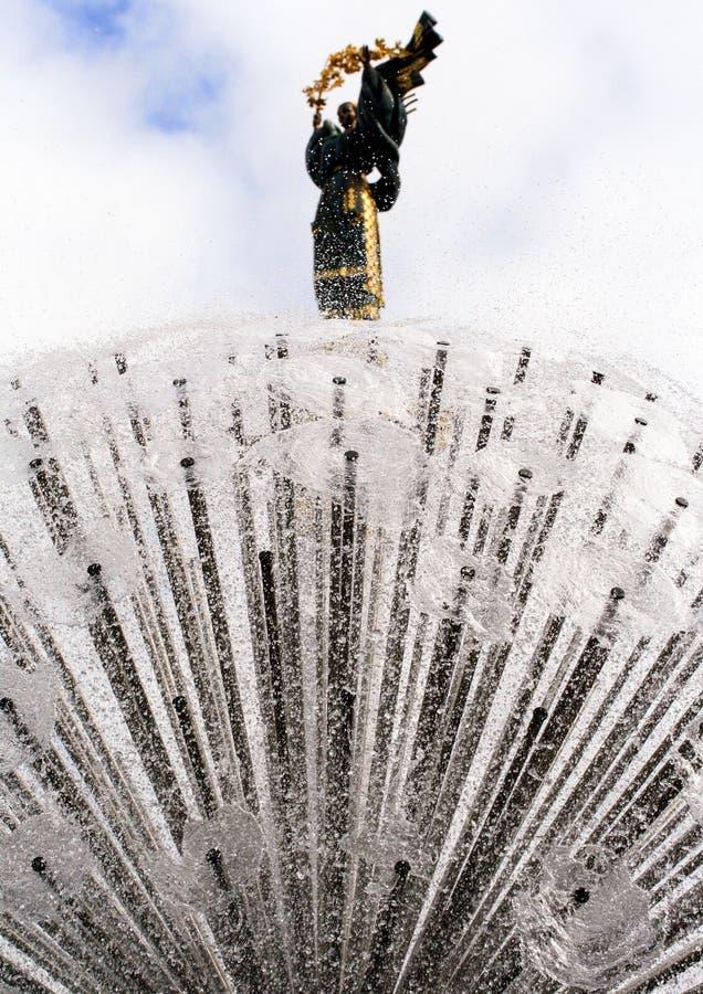基辅,乌克兰, 2011年 08 18 在独立广场的喷泉 免版税图库摄影