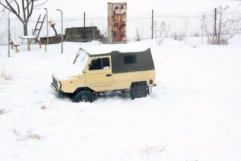基辅,乌克兰;2014年4月10日 老汽车在雪的Luaz 969 库存照片
