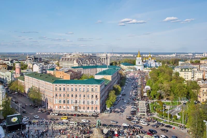 基辅,乌克兰 人群和复活节绘了在Sofievska广场和圣Michaels修道院的蛋节日 库存图片