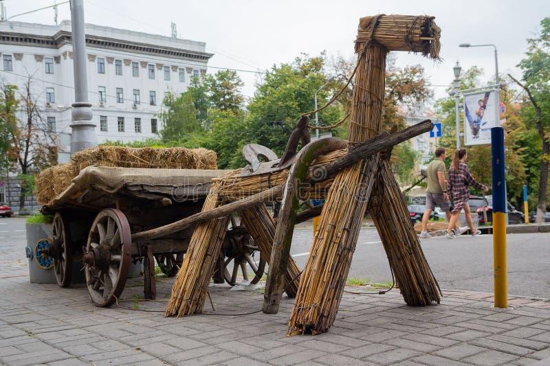 基辅,乌克兰- 2018年8月06日:与无盖货车的设施减速火箭的村庄马 免版税图库摄影