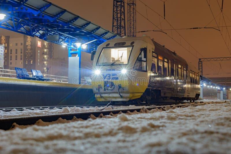 基辅,乌克兰- 2018年12月14日:从基辅的路轨公共汽车PESA 620M旅行鲍里斯皮尔机场的 在基辅乘客 图库摄影