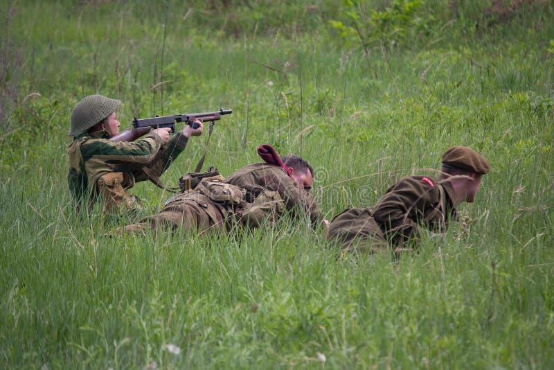 基辅,乌克兰- 2018年5月09日:以美国和英国士兵的形式人在历史重建时鼓动争斗 库存照片