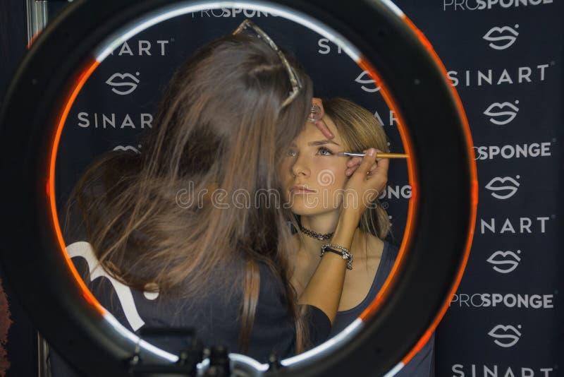 基辅,乌克兰- 2017年9月20日:化妆师举办在脸陈列的主要类 库存图片