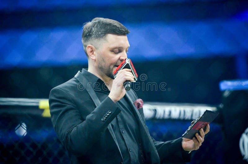 基辅,乌克兰- 2019年3月02日:圆环在WWFC 14国际专业混杂的武道比赛期间的主人晚上 图库摄影