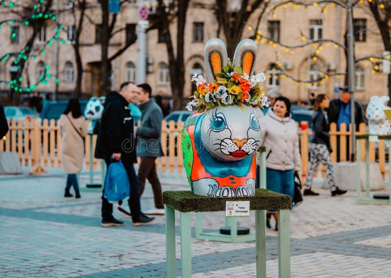 基辅,乌克兰- 2018年4月7日:在Sofievska广场,在花花圈的五颜六色的小兔的复活节节日手画由艺术家 免版税库存图片
