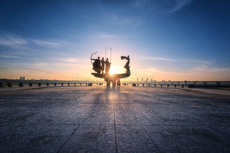 基辅,乌克兰- 2018年5月05日:基辅基辅纪念碑的创建者在日出、美好的城市视图与朝阳和火热的天空的 免版税库存照片